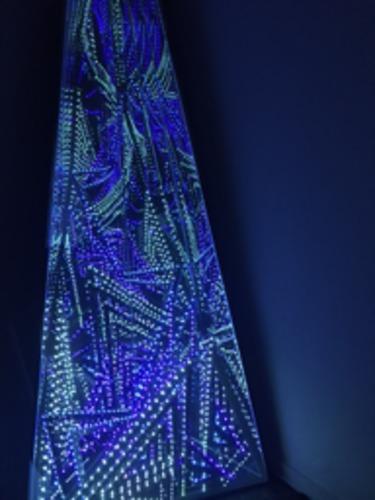 Sculpture d'angle LED bleu / violet / vert