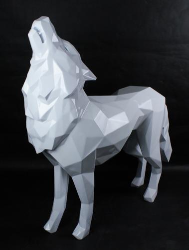Loup hurlant blanc
